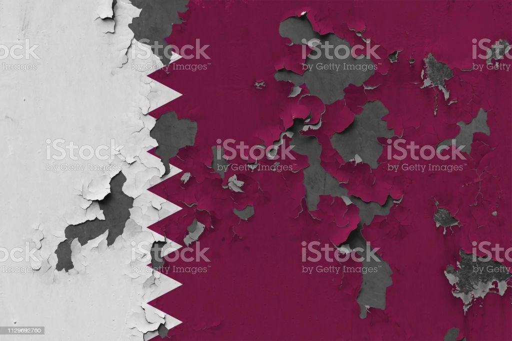 Bandera de Qatar grungy, dañada y degradada en pared pelar pintura ver superficie interior de cerca. - foto de stock