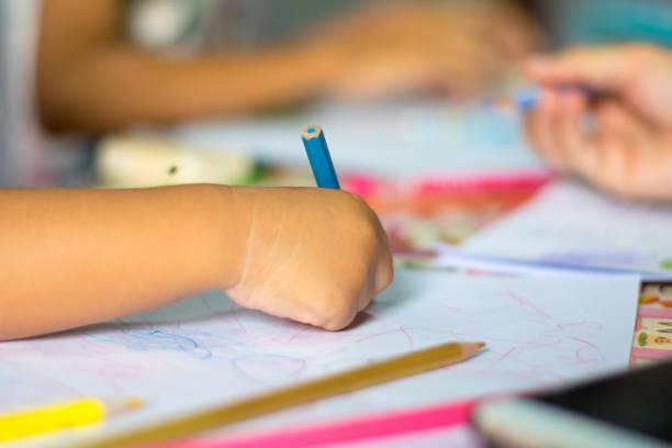 Nahaufnahme der Hand Kind Zeichnung Bild auf dem Tisch – Foto