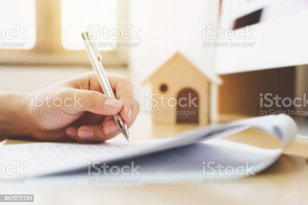 Nahaufnahme Von Menschenhand Signatur Darlehen Unterschreiben Wohneigentum Hypothekar Und Immobilieninvestitionen Stockfoto und mehr Bilder von Austauschen