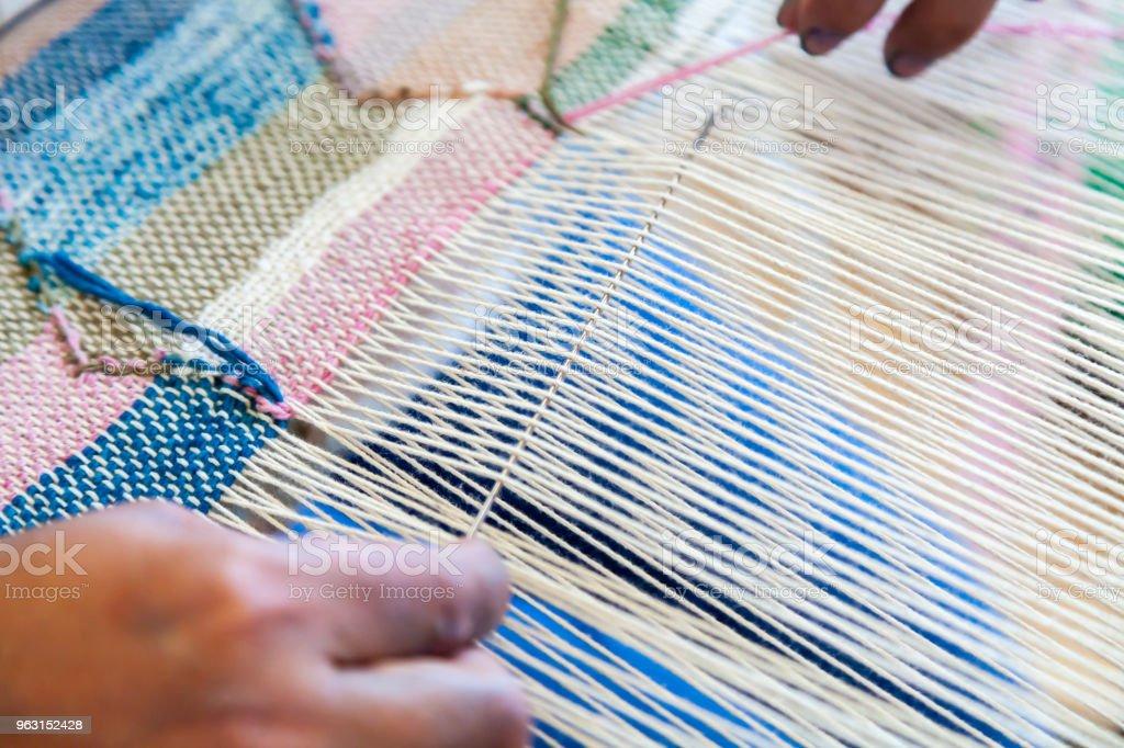 Cierre para arriba de mujer trabajador uso aguja de la mano para tejer  telar de lino 10bce81c9ad