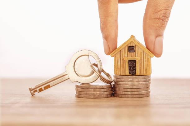 Nahe Hand setzen Haus Modell Platz für das Stapeln von Geldmünze für zu Hause Hypothek und Darlehen, Refinanzierung oder Immobilieninvestitionskonzept – Foto