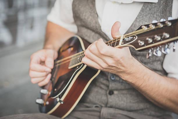 close-up de mãos hipster homem tocando Bandolim - foto de acervo