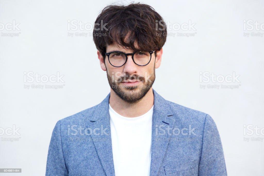 9d90ecae2cecdb Nahaufnahme hübscher junger Mann mit Bart und Brille vor weißem Hintergrund  Lizenzfreies stock-foto
