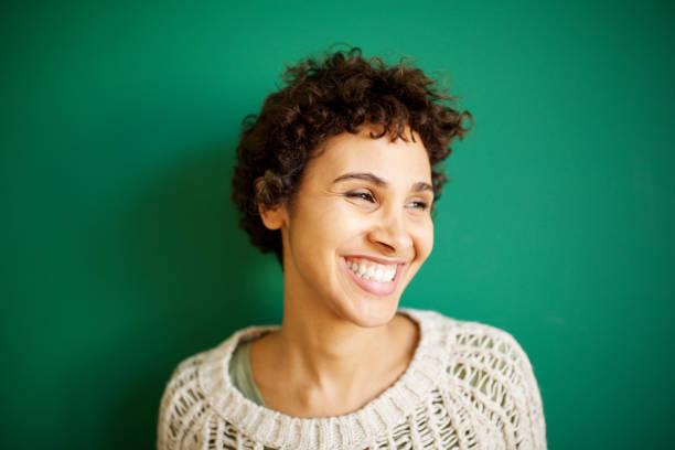 Nahaufnahme glückliche junge afrikanische amerikanische Frau vor grünem Hintergrund – Foto