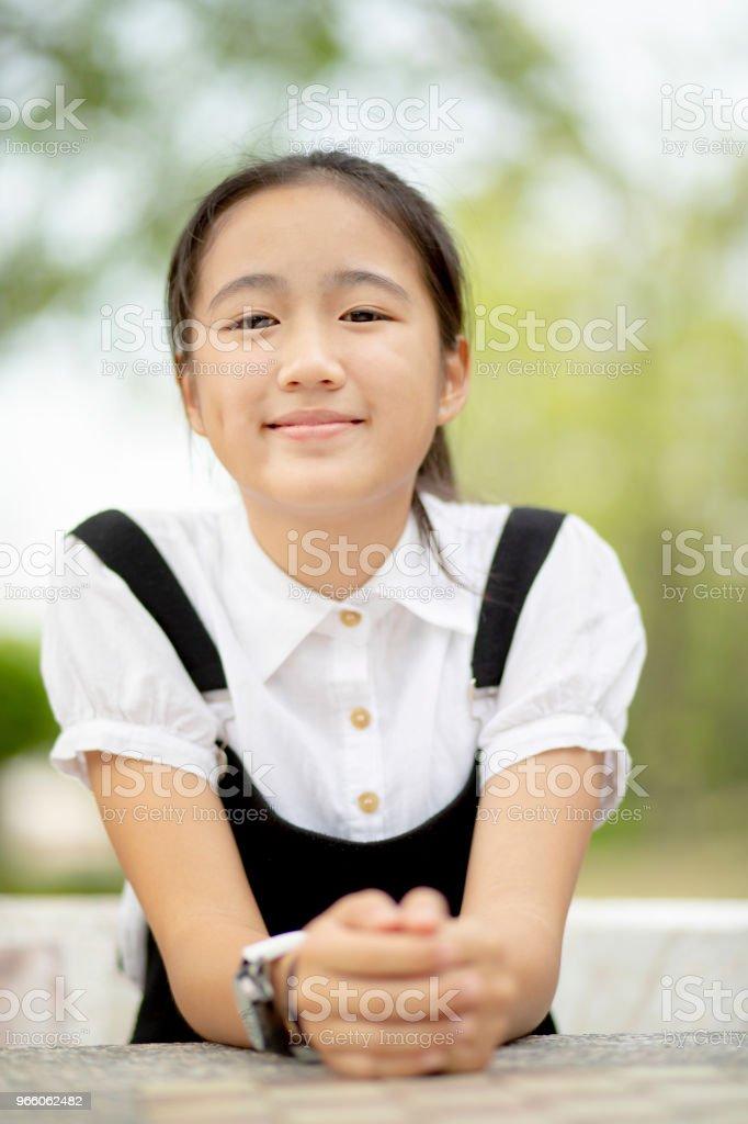 närbild head shop av asiatiska tonåring toothy leende ansikte utomhus - Royaltyfri Asiatiskt och indiskt ursprung Bildbanksbilder