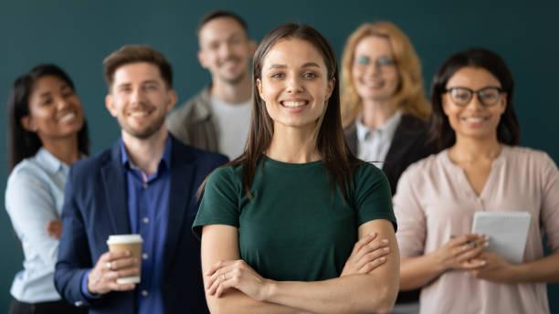 nahaufnahme kopfschuss porträt von glücklichen geschäftsfrau hände gekreuzt haltung. - employee stock-fotos und bilder