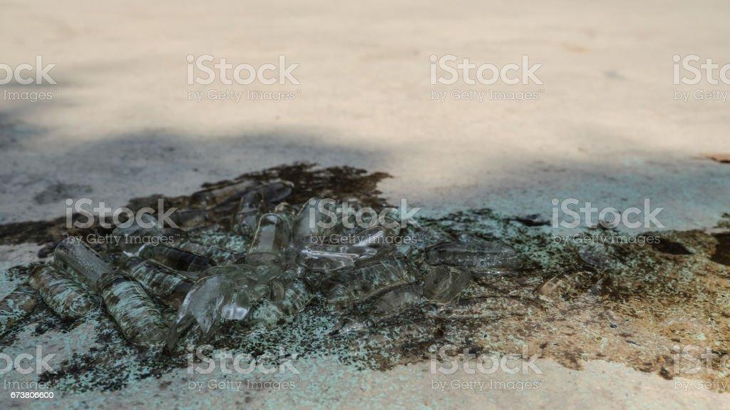 gros tube de glace sur le sol. (Mise au point sélective) photo libre de droits