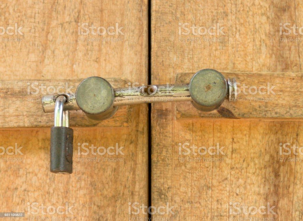 Görüntü ön kapı eski kilit ile kapatın. - Royalty-free Ahşap Stok görsel