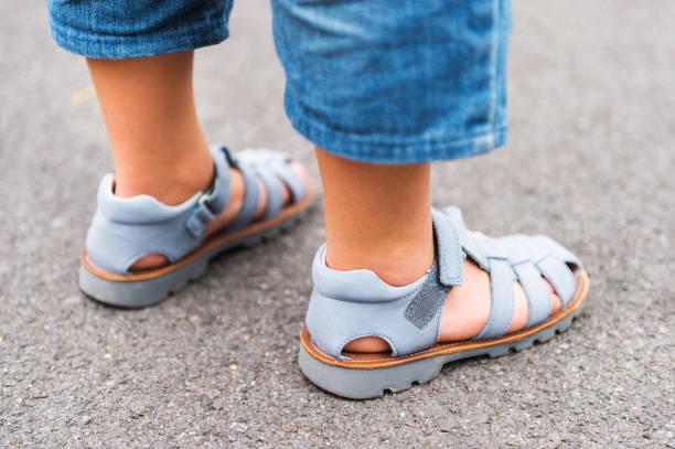 Schließen Sie herauf Bild neue schöne Kinder Schuhe auf die Füße des Kindes – Foto