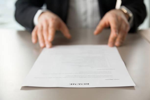 Schließen Sie herauf Bild Lebenslaufs am Schreibtisch des Arbeitgebers – Foto