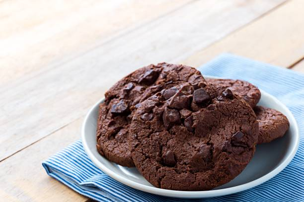 close up image of soft baked dark chocolate cookies - biscotti foto e immagini stock