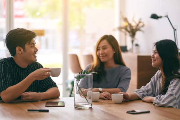 Nahles Bild von drei Personen genossen das Gespräch und trinken Kaffee im Büro – Foto