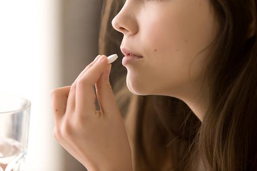 라운드 흰색 알 약을 마시는 여자의 이미지를 닫습니다 20-29세에 대한 스톡 사진 및 기타 이미지