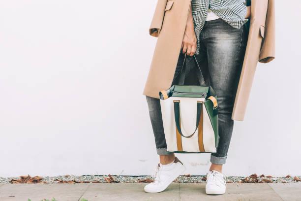 close-up afbeelding vrouw herfst stad casual outfit met shopper tas - handtas stockfoto's en -beelden