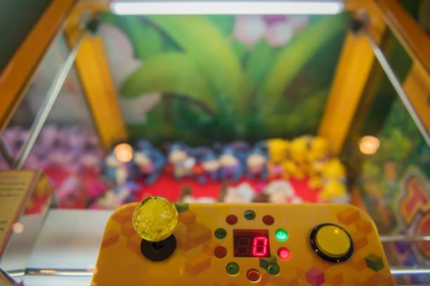 joystick von arcade, vintage ton, nahaufnahme joystick game spieler hautnah - pinball spielen stock-fotos und bilder
