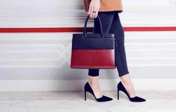 nahaufnahme beine mode frau in pumps mit großen handtasche - leder handtaschen damen stock-fotos und bilder