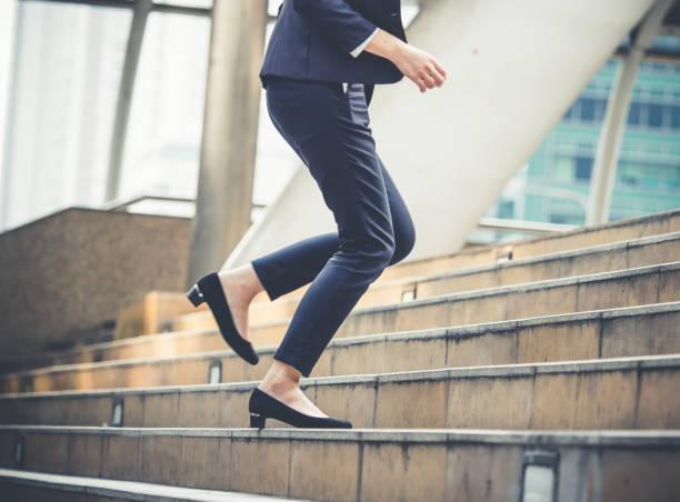 Bouchent les jambes de la femme d'affaires marche intensification d'escalier dans la ville moderne, la croissance des entreprises, remonter, succès, grandir de concept d'affaires - Photo