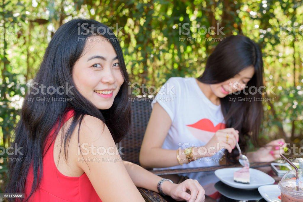 Stäng upp livsstil porträtt asiatisk kvinna av bästa vänner royaltyfri bildbanksbilder