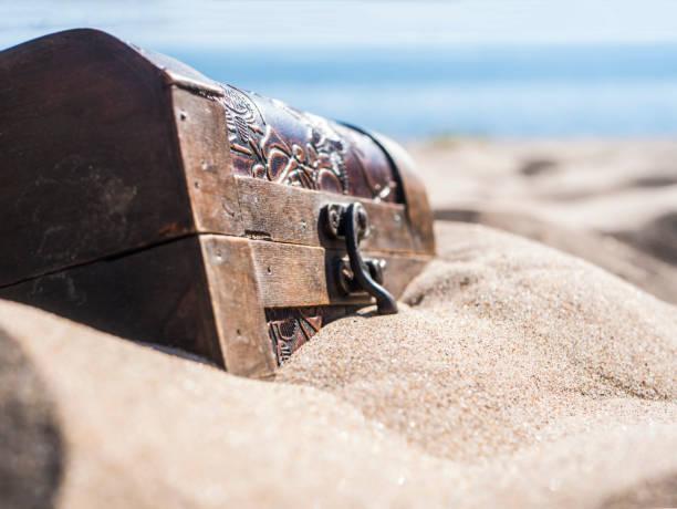 dicht verschlossenen Truhe in den Sand am Strand – Foto