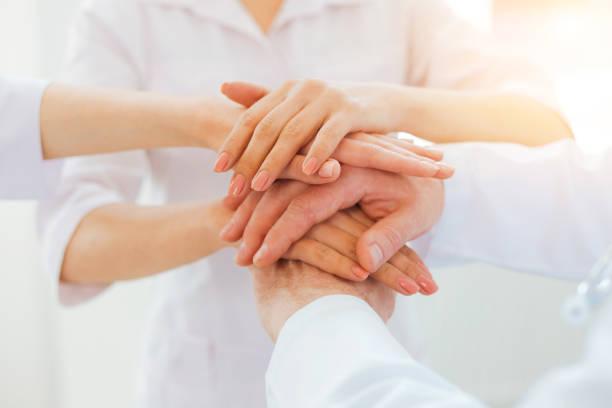 医療従事者の手を一緒に結合するを閉じる ストックフォト