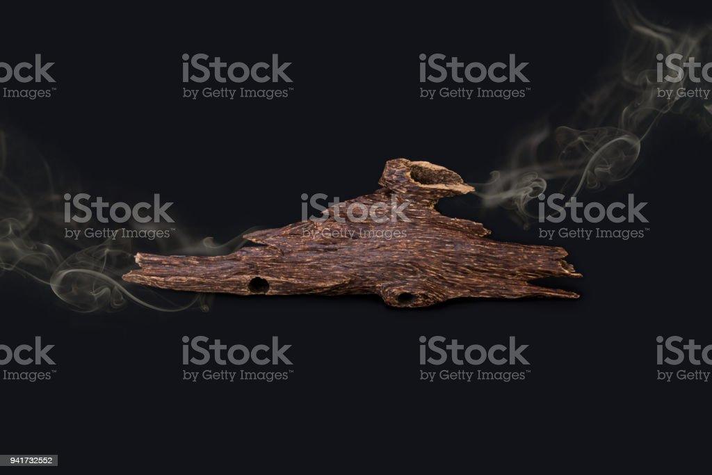 Gros plan Macro Shot de bâtons de bois d'Agar ou bois d'agar isolée sur fond noir avec la fumée l'encens jetons utilisés pour arabe Oud huiles ou Bakhoor - Photo