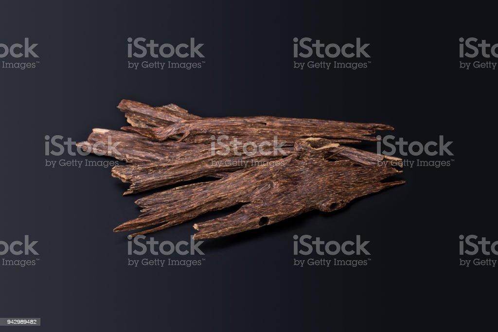 Gros plan Macro Shot de bâtons de bois d'Agar ou bois d'agar isolée sur fond noir les puces d'encens utilisés par brûler ou huiles Oud arabe ou Bakhoor - Photo