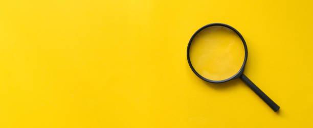 lupenglas auf gelbem hintergrund für design auf webseite oder wbesite-konzept - sucht stock-fotos und bilder
