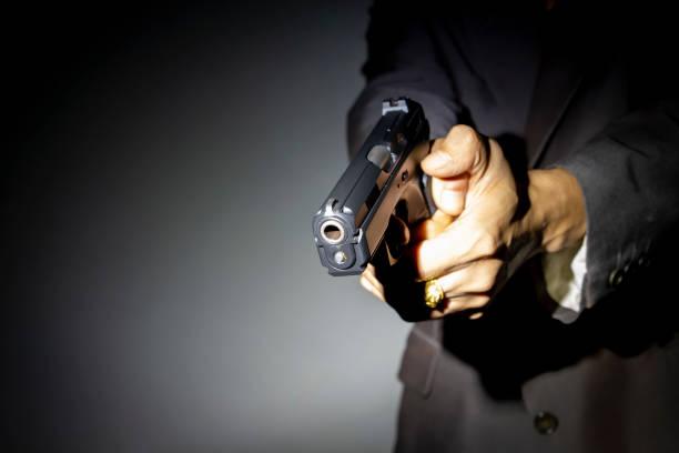 Männliche Hand, die Pistole hautnah – Foto
