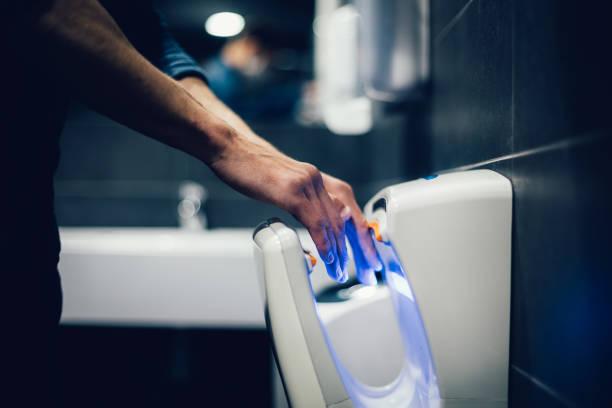 aus nächster Nähe. Mann desinfiziert seine Hände im Badezimmer – Foto
