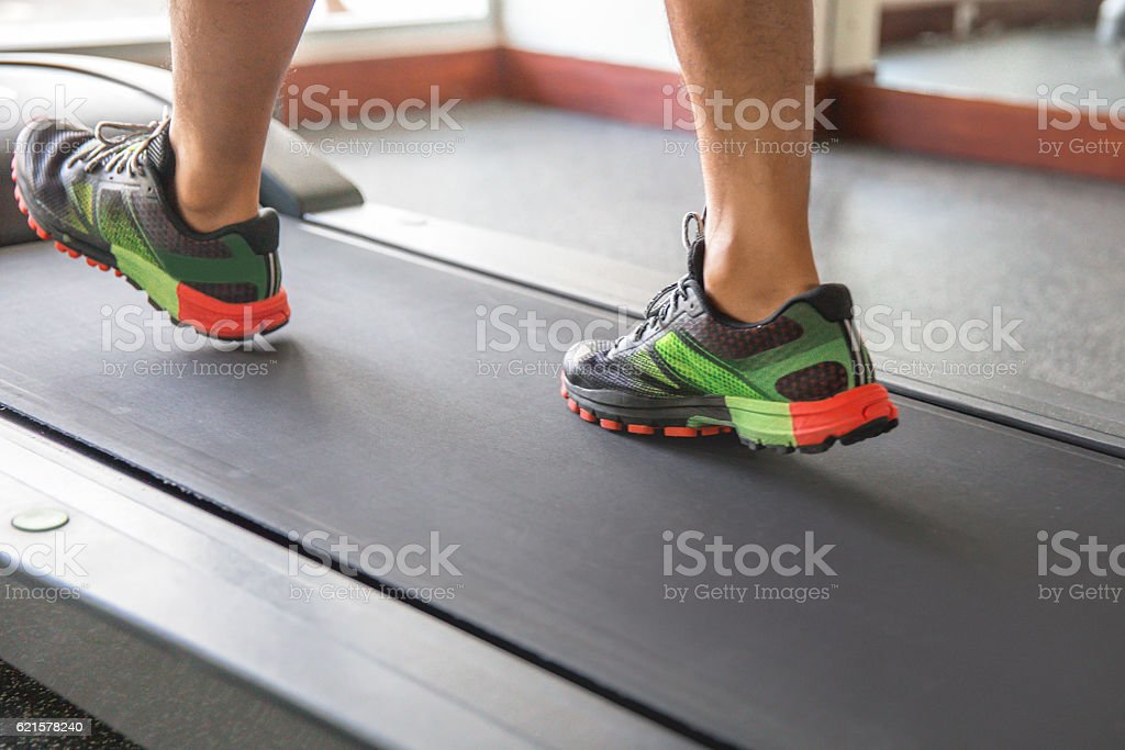 Close up man feet warming up on treadmill photo libre de droits