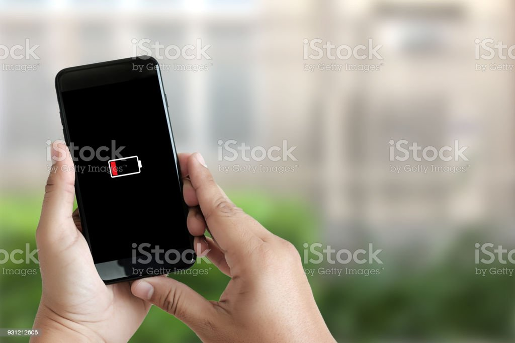 Hände des Mannes mit Smartphone-Akku niedrig geladene Batterie Bildschirm hautnah – Foto