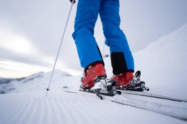 Nahaufnahme Mann Skifahrer Ski am Hang Befestigung – Foto