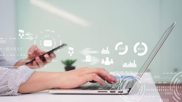 nahaufnahme manager hand hand tippen auf tastatur-laptop für den arbeitsbericht über den gewinn des unternehmens mit antwort-e-mail-marketing von anbieter oder kunden, multitasking-jobkonzept - geschäftsstrategie stock-fotos und bilder