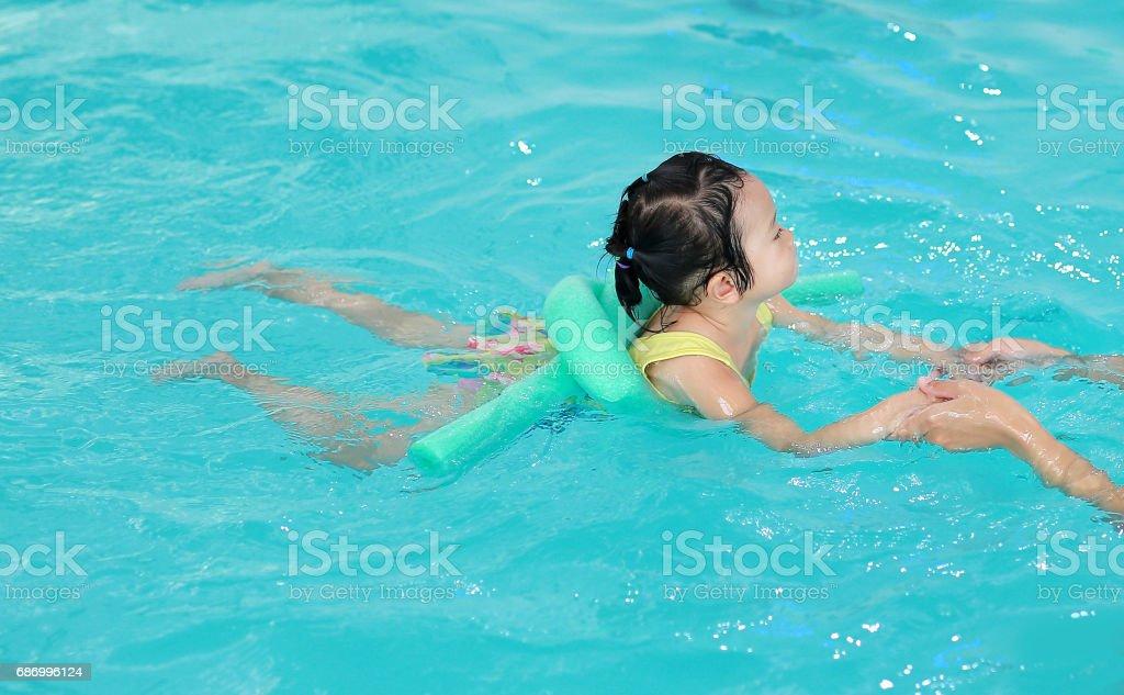 Hautnah Mutter Lehre Kind im Schwimmbad. Lizenzfreies stock-foto