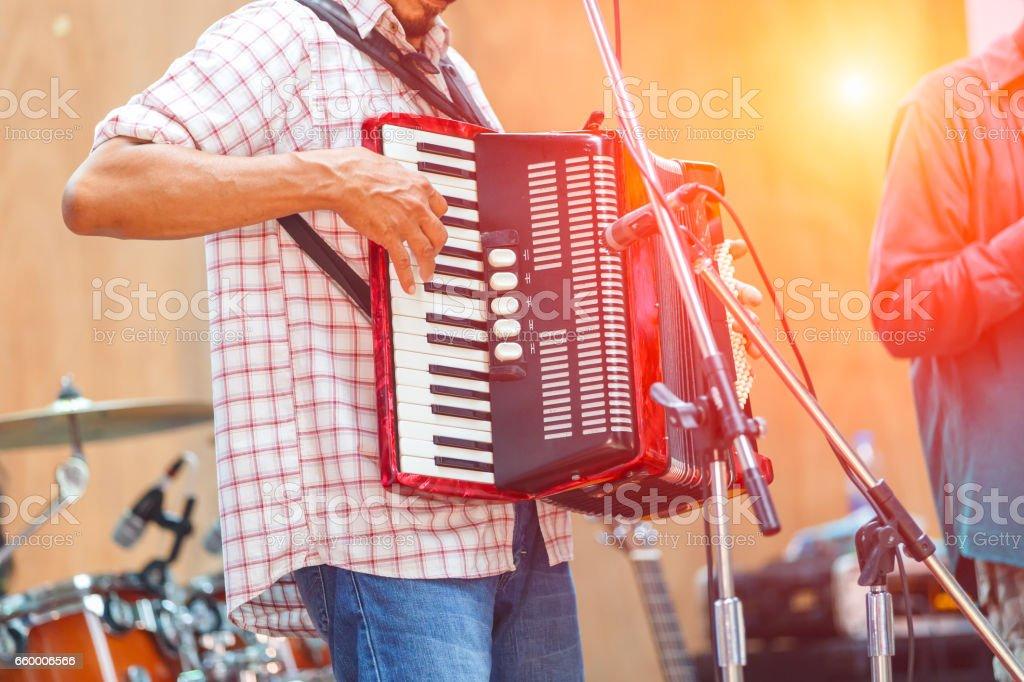 Großaufnahme Musiker spielen Akkordeon auf der Bühne – Foto
