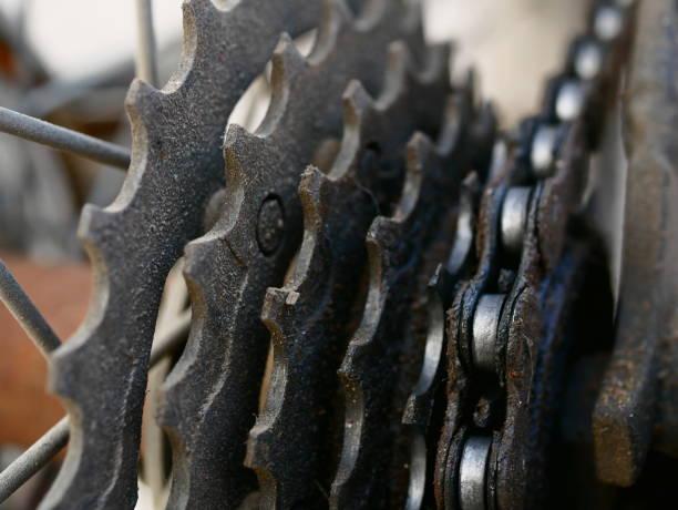 nahaufnahme von rad eines fahrrads mit getriebe-details - stahlrahmen rennrad stock-fotos und bilder