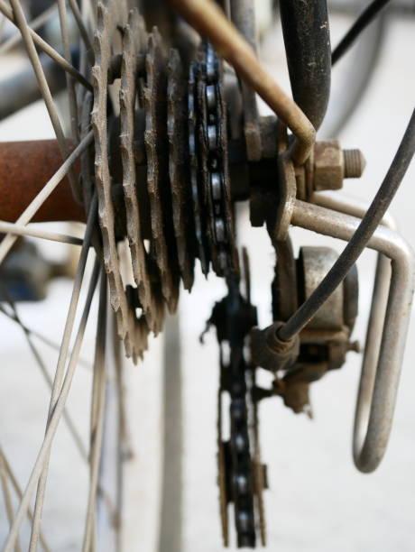 nahaufnahme eines fahrradrades mit getriebedetails - stahlrahmen rennrad stock-fotos und bilder