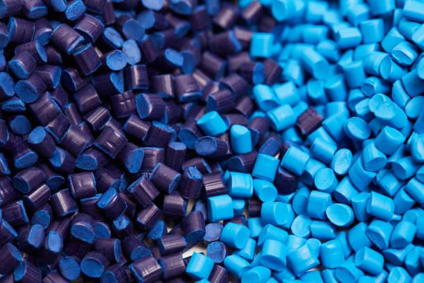 close-up de um grânulo plástico azul - moldando - fotografias e filmes do acervo
