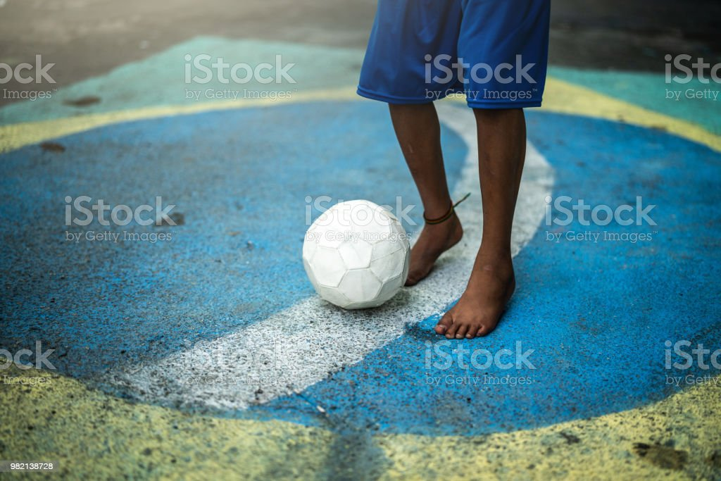 Fotografia De Cerca De Un Brasileno De Nino Jugando Futbol En La