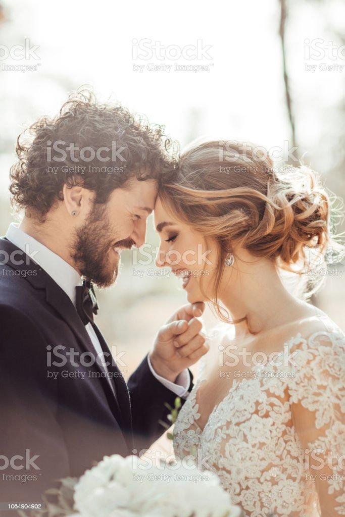 Nahaufnahme von Braut und Bräutigam – Foto