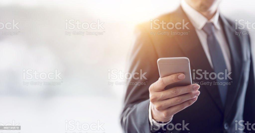Nahaufnahme eines Geschäftsmannes mit mobilen Smartphone. – Foto