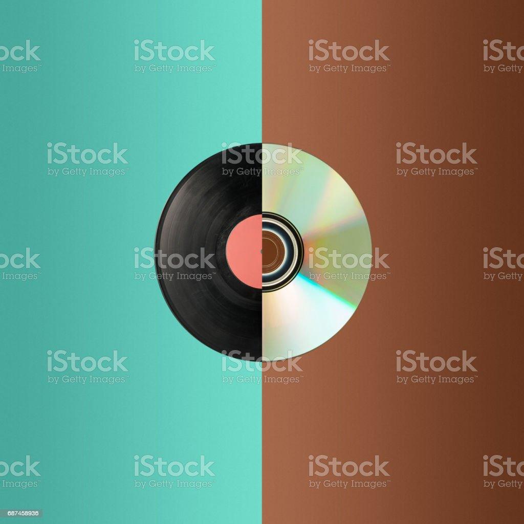 Nahaufnahme von einer cd und teilweise Vinyl-Schallplatte – Foto
