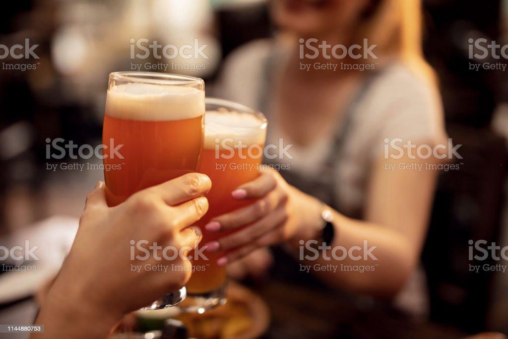 Закройте пару тостов с пивом в пабе. - Стоковые фото Алкоголь - напиток роялти-фри
