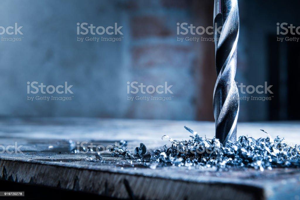 Nahaufnahme eines Bohrers mit Metallspänen – Foto