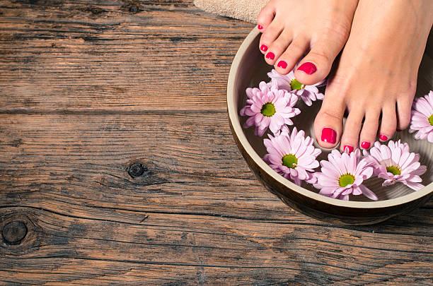 nahaufnahme der weibliche füße spa salon - badewanne holz stock-fotos und bilder