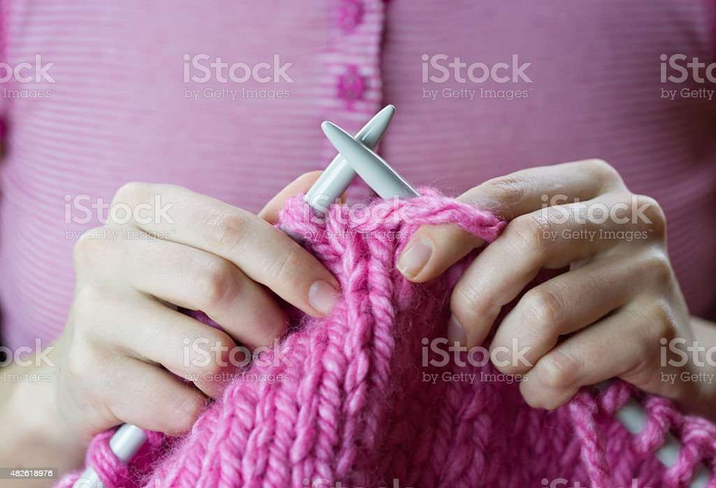 Nahaufnahme von einem weiblichen Hände Rosa Wolle Stricken Garn – Foto