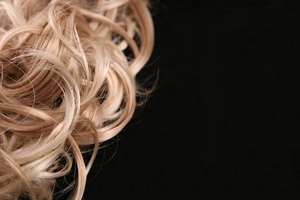 close up of a female's curly blonde hair - blond curly hair stockfoto's en -beelden
