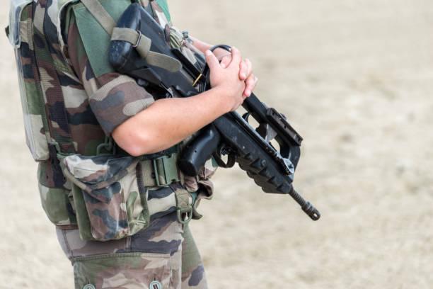Nahaufnahme eines französischen Soldaten mit automatischen Riffle, Krieg und Notstand Konzept – Foto