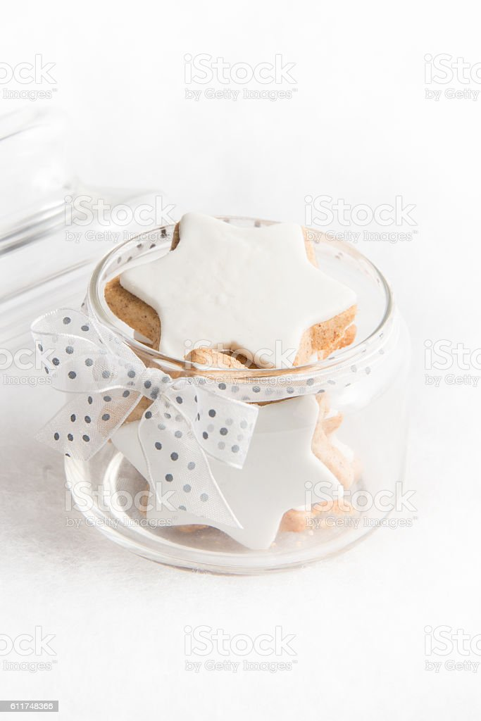 Close up of a glass jar full with christmas cookies. - foto de acervo