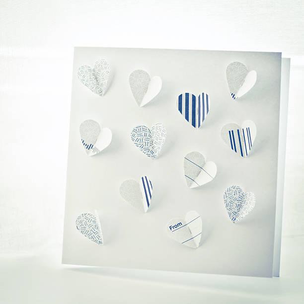 nahaufnahme von einem handgefertigten-karte mit herz und schmetterling - popup cards stock-fotos und bilder